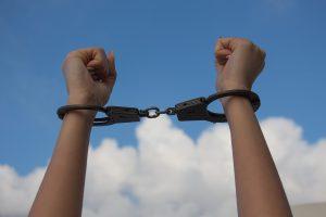 女性 手錠